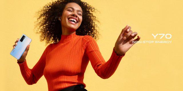 dziewczyna w pomarańczowej bluzce,radość ze smartfonu vivo y70
