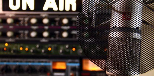 na zdjęciu radio stacja od środka jak wygląda radio?