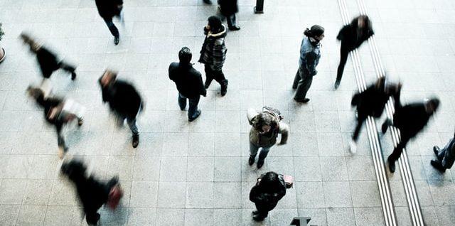 na zdjęciu widoczny jest tłum ludzi poruszających się w przestrzeni dworca kolejowego w szwajcarii miasto berno